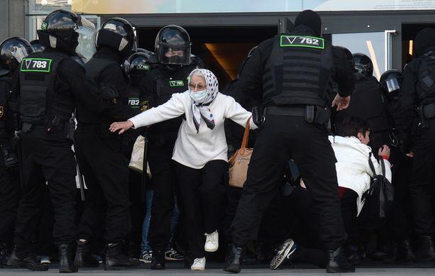 Poliisi pidätti mielenosoittajia sunnuntaina Minskissä.