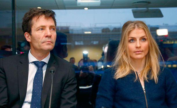 Asianajaja Christian B. Hjort istuu Therese Johaugin vieressä.
