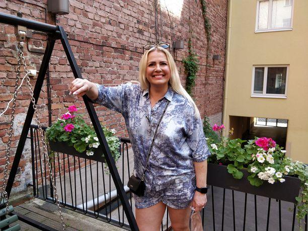 Kaisa Liski säteili Wedding Garage -hääpukuliikkeen avajaisissa. Hän aikoo suunnata Powerparkkiin perheensä kanssa kesälomalla.
