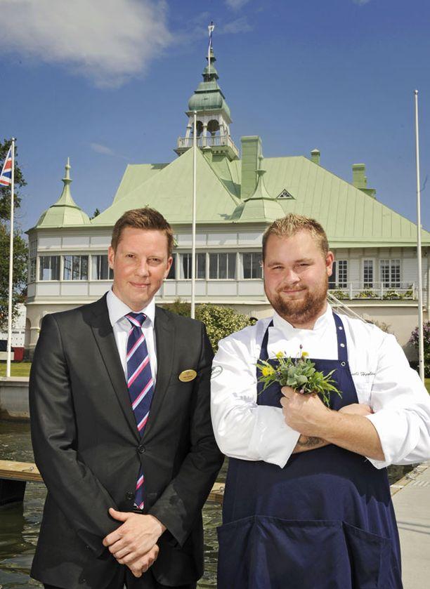 Ravintolapäällikkö Vilho Varjonen (vas.) kertoo, että NJK:n rakennus on säilytetty alkuperäisessä muodossa. Keittiömestari Akseli Herlevi esittelee Valkosaarella kasvavia villiyrttejä. Nykyisin ravintolalla on myös oma puutarha.