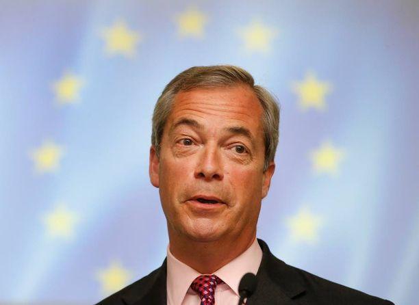 Nigel Faragen noustessa pitämään puhettaan parlamentin täysistuntosali täyttyi buuauksista ja huutelusta.