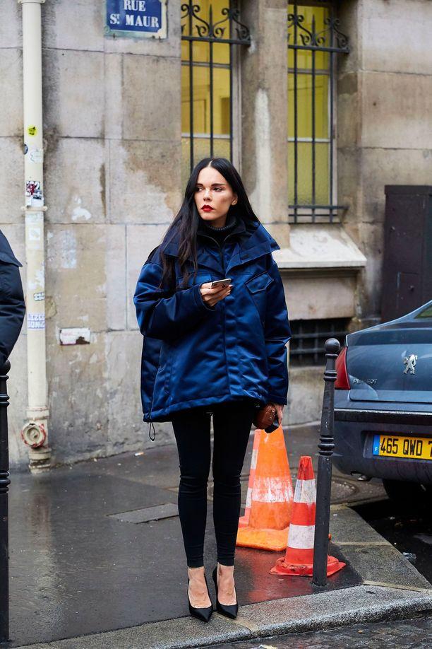 Muhkea takki tuo kontrastia kapeisiin housuihin. Klassiset jalkineet tekevät asusta huolitellun - myös mustat, korolliset ja siron kapeakärkiset nilkkurit toimisivat tässä lookissa.