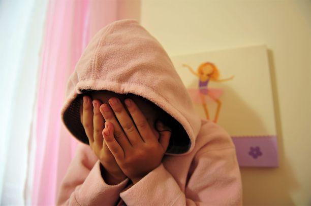 Syytetty pääsi läheisen asemansa vuoksi nukkuvan tytön luokse. Kuvituskuva, kuvan lapsi ei liity tapaukseen.