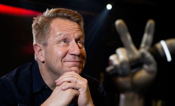 Olli Lindholm lauloi yhteislaulua Junnu Vainion legendaarisesta Kotkan poikii ilman siipii -biisistä.