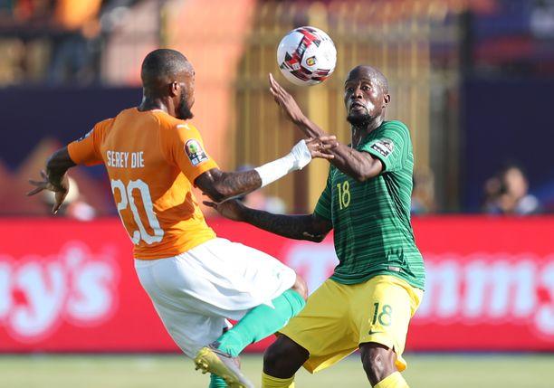 Etelä-Afrikka ja Sandile Sfiso (oik.) taipuivat Norsunluurannikolle aiemmin D-lohkossa. Nyt Etelä-Afrikalla ei ole enää varaa tappioon.