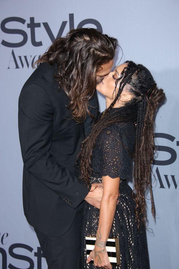 Jason Momoa ja Lisa Bonet ovat olleet yhdessä jo yli 12 vuotta. Silti pariskunta käyttäytyy edelleen punaisella matolla kuin vastarakastuneet.