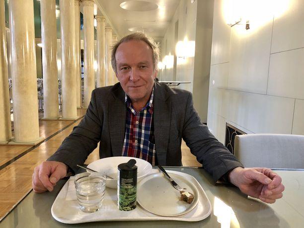 Viitasaarelaisedustaja Teuvo Hakkarainen uskoo, että hänellä riittää kannatusta kohuista huolimatta.