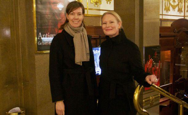 Tiina Rysä Konradsen ja Anu Tolonen tapasivat toisensa lastensa yhteisen suomenkielisen päivähoitopaikan kautta. Molemmat käyttävät paljon aikaa lastensa kaksikielisyyden takaamiseksi.