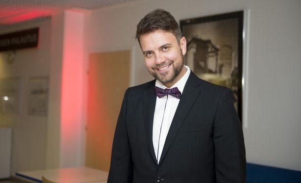 Antti Ketonen tunnetaan Neljänsuora-yhtyeen solistina.