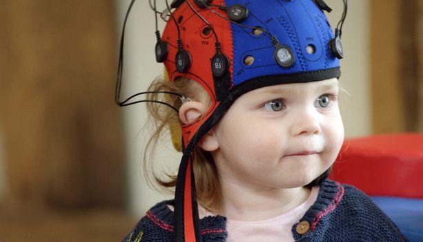 Angeline on yksi vauvatutkimuksen osallistujista. Hänen sensorimyssynsä lukee aivotoimintaa, kun lapsen itsehillintää testataan.