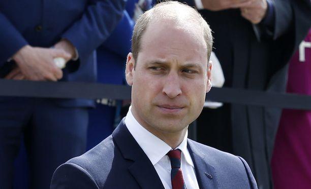 MailOnline-sivuston mukaan kuningatar ja William saivat aplodit saapuessaan paikalle.