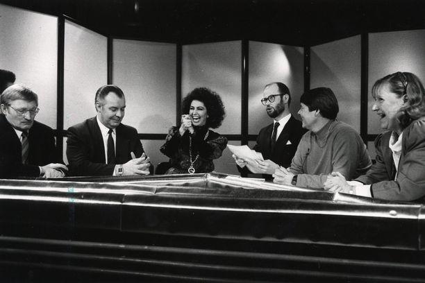 Kolmoskanavan 7. hetki -ajankohtaisohjelmassa käsiteltiin Tupolevin veljesten lähettämää kikkelikorttia vuonna 1990. Kuvassa muun muassa Jorma Reini, Lenita Airisto, Tapani Ruokanen, Marianne Laxén ja Merja-Maaria Turunen.