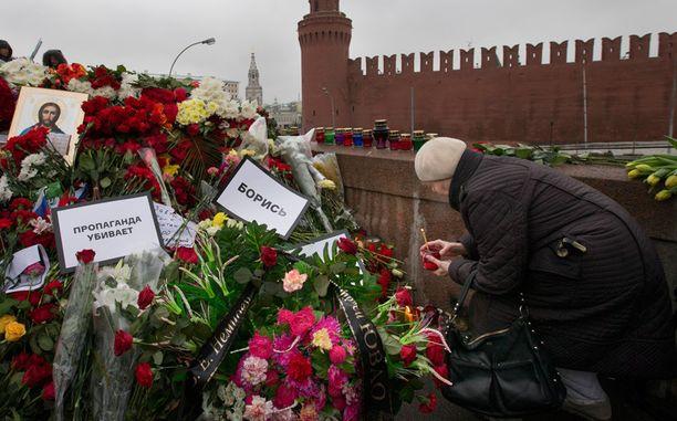 Boris Nemtsovin murhapaikan taustalla näkyy valvontakameroita täynnä oleva Kremlin muuri.