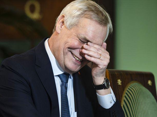 Pääministeri Antti Rinnettä naurattaa omien tyttäriensä muistelut isän jäämisestä yöksi töihin.