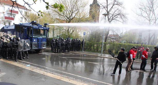 Poliisi ampui mielenosoittajia vesitykeillä.