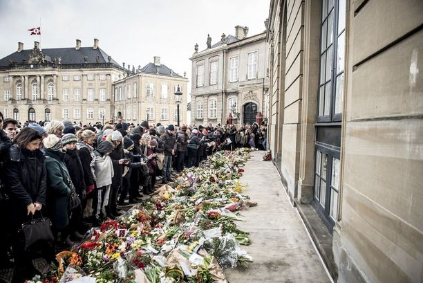 Henrikin hautajaispäivänä Kööpenhaminassa on vallinnut kansansuru.