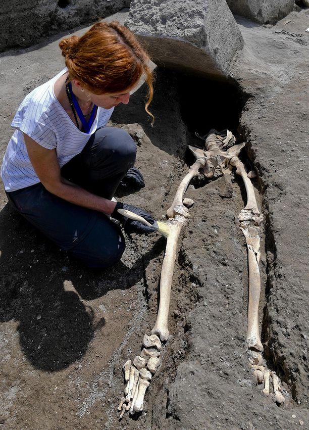 Antropologi Valeria Amoretti esittelee Pompeijin kaivauksissa löytynyttä luurankoa.