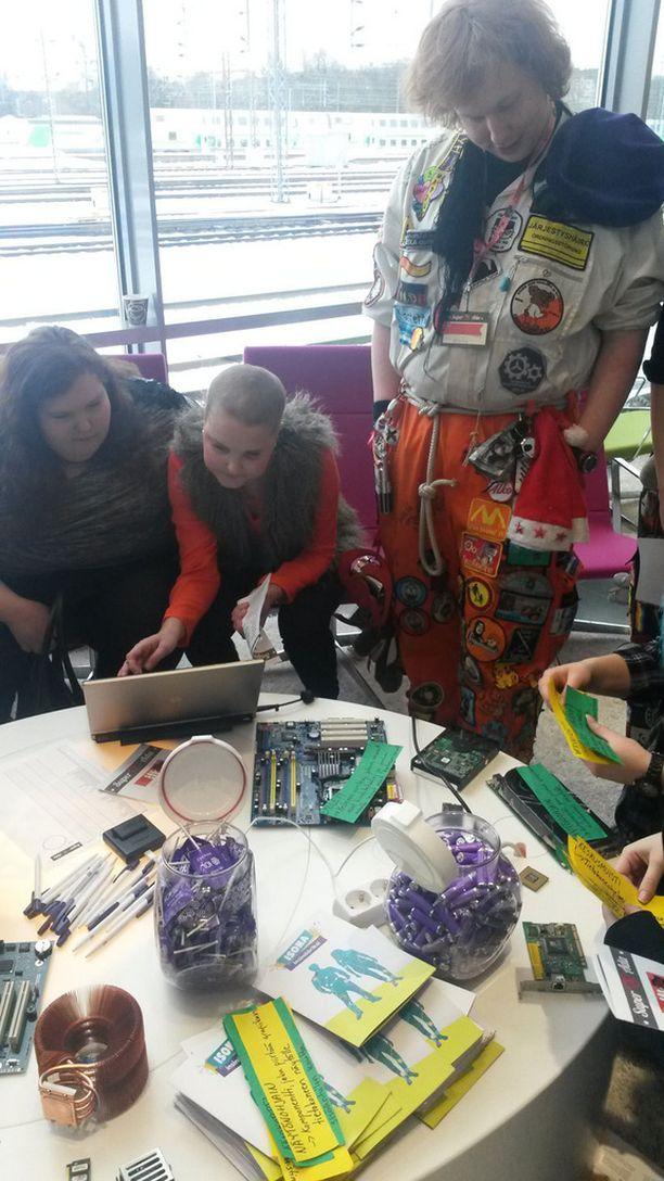 Uuden Insinööriliiton rastilla piti tunnistaa tietokoneen komponentteja. - Yllättävän hyvin on osattu. Yksi ryhmä sai kaikki oikein 40 sekunnissa, eräs rastin vetäjistä kehui.