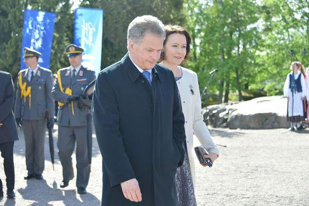 Presidentti Sauli Niinistö ja Jenni Haukio saapuivat Hanasaaresta Taka-Töölöön.