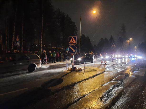 Jyväskyläläisnuorten muistoajoon osallistui poliisin arvion mukaan noin 80 autokuntaa sekä parikymmentä mopoa ja moottoripyörää.