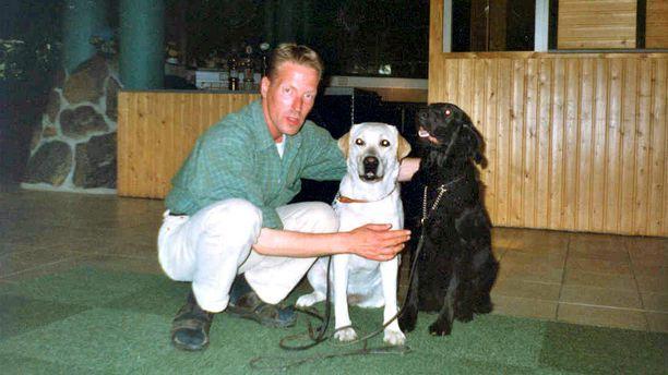 Vuonna 2002 surmatulla Pasi Aaltosella oli kaksi koiraa.