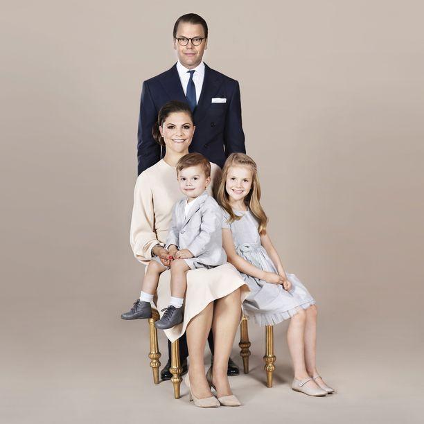 Victoria, Daniel, Oscar ja Estelle harvinaisen virallisina.