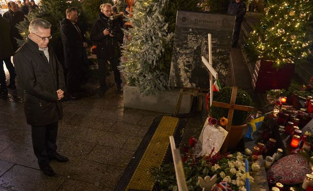Joulutorille on jätetty surunvalitteluja viime vuoden terrori-iskun uhreille.