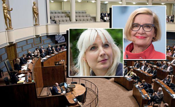 Kansanedustajat ja joukko koululaisia kuuntelivat remontin jäljiltä hohtavassa eduskunnan istuntosalissa, kun sisäministeri Paula Risikko (kok) vetosi ettei kansalaiskeskustelu polarisoituisi.