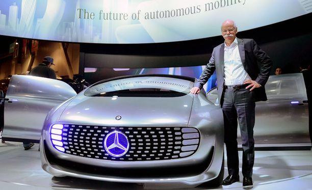 Mercedes Bentzin johtaja Dieter Zetsche esittelee yhtiön futuristista älyautoa.