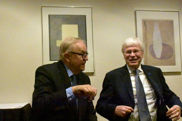 Martti Ahtisaari ja Bengt Holmström kävivät vilkasta keskustelua.