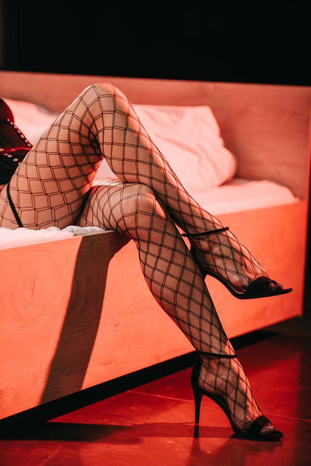 Prostituoidut tarjosivat palveluitaan hotelleissa ja yökerhoissa.