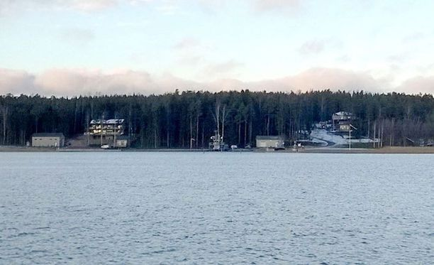 Tämä kuva oli Iltalehdessä tammikuussa 2015 julkaistussa artikkelissa. Kuvassa merivoimien kalustohuutokaupasta hankittuja aluksia kuvattuna Airiston Helmen maatukikohdassa Paraisten Ybbernäsissä.