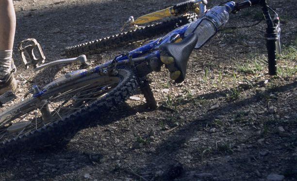 Sini Savola kaatui pyörällä hiekkatiellä sen jälkeen, kun hänen päälleen oli heitetty kananmunia. Kuvituskuva.
