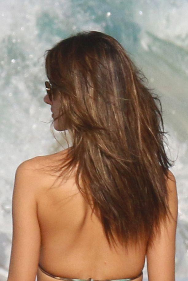 Hiukset ovat kiiltävät ja sileät, hyvin luonnollisen näköiset.