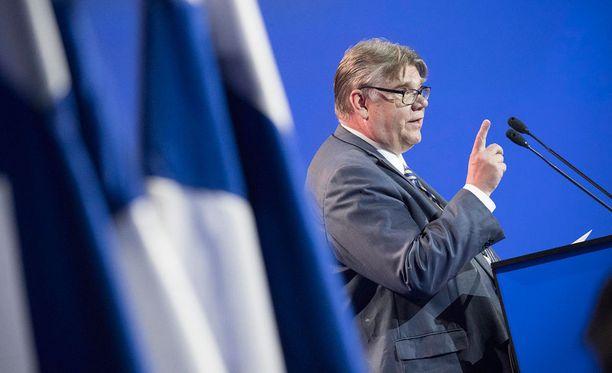Ulkoministeri Timo Soini on mukana Uusi vaihtoehto -ryhmässä. Juha Sipilän mukaan entiset ministerit jatkavat hallituksen ministereinä.