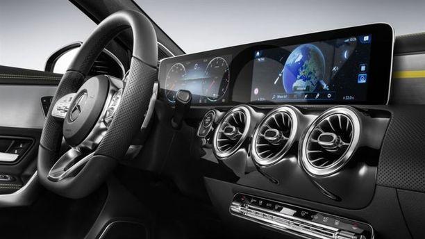 Auton vakiovarusteena on digitaalinen leveä mittaristopaneeli isojen Mercedesten tapaan.