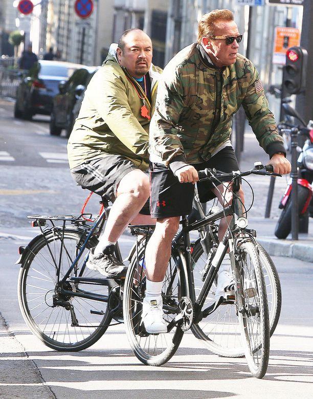 Arnold pyöräili ympäri Pariisia turvamiestensä kanssa.