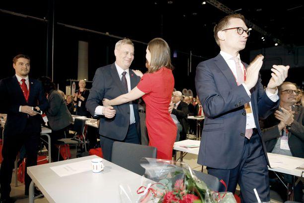 Helmikuu 2017, SDP:n puoluekokous Lahdessa. Antti Rinne ja Sanna Marin halaavat. Oikealla puoluesihteeri Antton Rönnholm.
