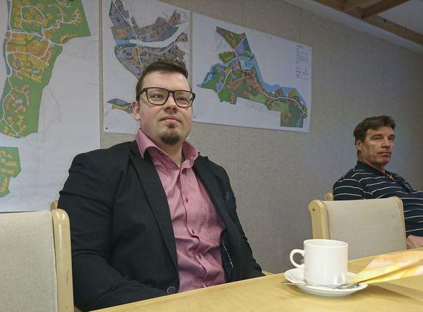 Inarin kunnanjohtaja Toni K. Laine (vas.) uskoo että löytynyttä meteoriittia voisi hyödyntää matkailussa.