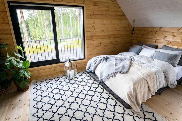Myös viherkasvit ovat yleistyneet skandisisustuksissa. Kuva Mikkelin asuntomessuilta.