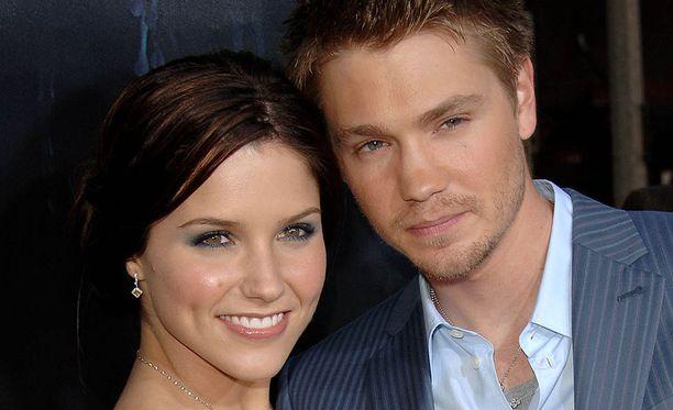 Sophia Bush näytteli Tunteet pelissä -sarjassa Brooke Davisia, Chad Michael Murray Lucas Scottia.