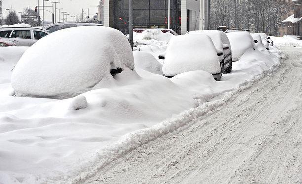 Myös Etelä-Suomeen on ennustettu ensimmäisiä lumisateita tällä viikolla, joten autoilijoiden kannattaa olla koko maassa valppaana.