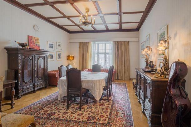 Antiikkiset huonekalut ovat yks yhteen toisensa kanssa tässä jugend-kodissa.