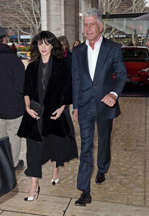 Bourdain kuvattuna huhtikuussa naisystävänsä Asia Argenton kanssa.