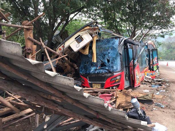 Turistibussi suistui viime viikolla tieltä ja törmäsi puuhun Nakhon Ratchasiman provinssissa. 18 ihmistä kuoli ja 32 loukkaantui.