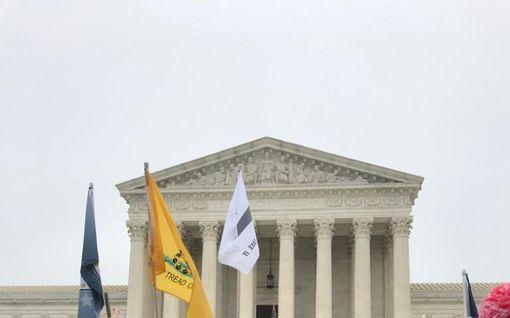 Enemmän kuin yksi joukkoampuminen päivässä - USA:n korkein oikeus pohtii aseenkanto-oikeutta