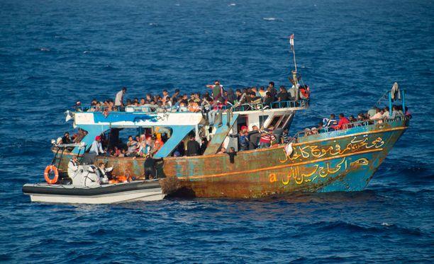Ranskan viranomaiset pelastamassa pakolaisia Välimerellä syyskuun alussa.