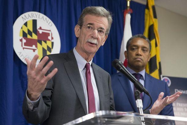 Osavaltioiden oikeusministerit Karl Racine (vas.) ja Brian Frosh ilmoittivat syytteestä tiedotustilaisuudessa Washingtonissa tänään.