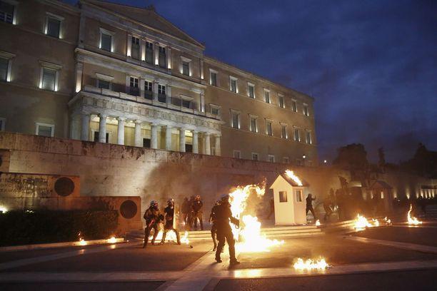 Suomella ei ole varaa naureskella kreikkalaisille. Kuva toukokuisista Ateenan talousmellakoista.