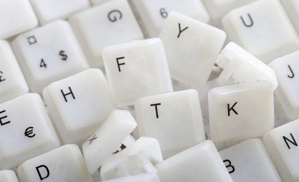 Tiina Kuusama käyttää paljon puheentunnistusohjelmaa esimerkiksi sähköpostien kirjoittamiseen. Mieluummin hän soittaisi puhelimella.